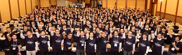 「ハイブリッド会計Crew(クルー)」のロゴ入りTシャツを着て、経営者と会計事務所の成功を祈ってガッツポーズ